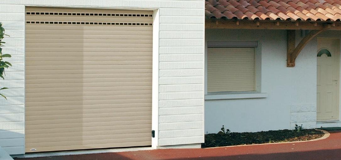 porte de garage enroulable coffre exterieur la porte de garage enroulable motoris est idale. Black Bedroom Furniture Sets. Home Design Ideas